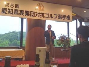 個人戦で見事72のスコアで準優勝しスピーチする中沢課長